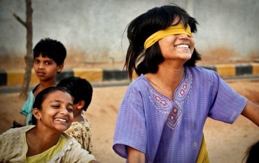 ילדה מכוסת עיניים בהודו