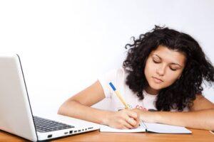 סטודנטית כותבת