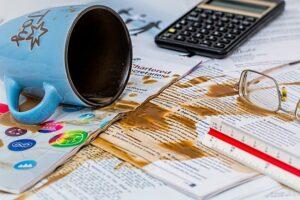 קפה שפוך על מסמכים