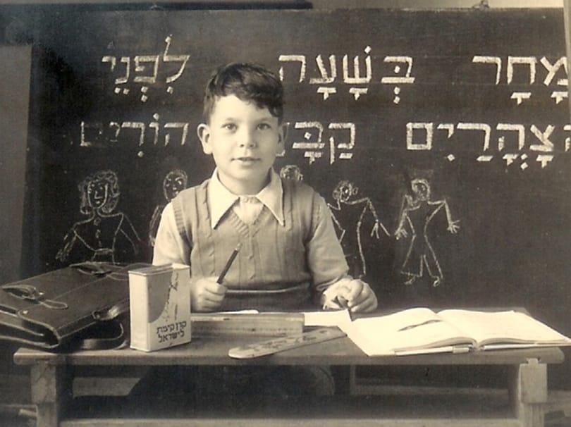ילד בכיתה עם לוח