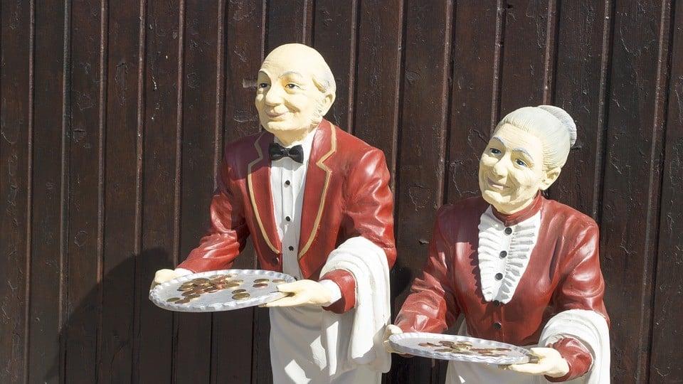 פסלי מלצרים בכניסה למסעדה