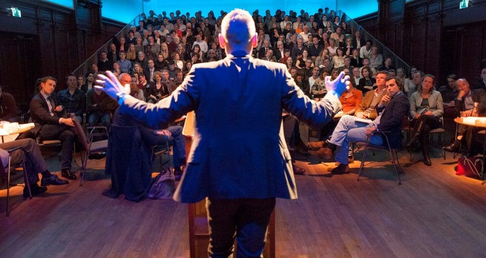 נואם נאום לפני קהל