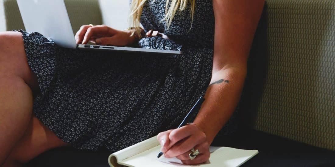 אישה כותבת