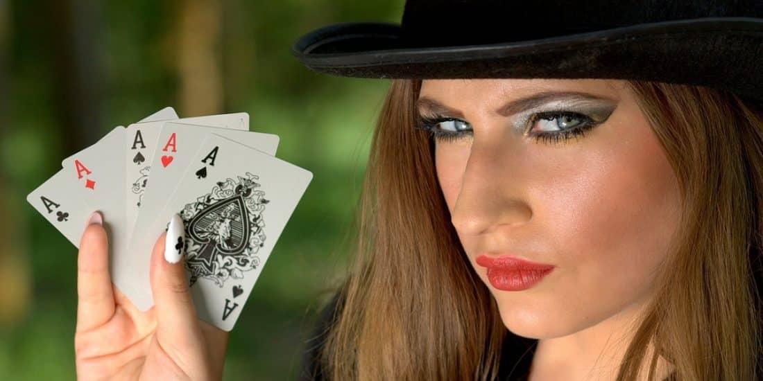 בחורה מחזיקה 4 קלפי אס