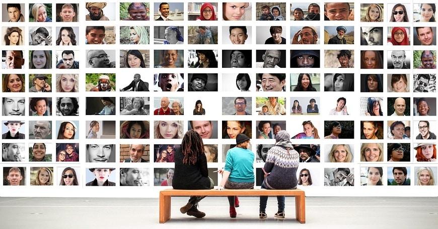 מדיה חברתית - אנשים ישובים מביטים על תמונות של פרופילים בפייסבוק