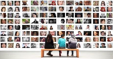 מדיה חברתית - אנשים ישובים מביטים על תמונות של פרופילים בפייסבוק - עותק