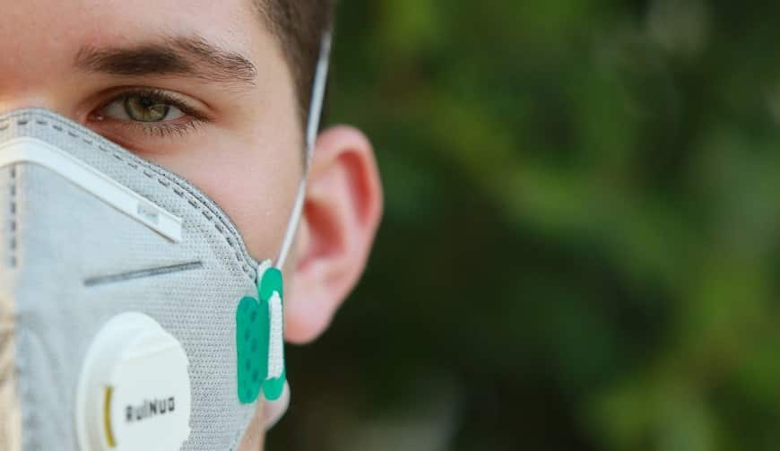 מישהי עם מסכת פנים נגד וירוס קורונה