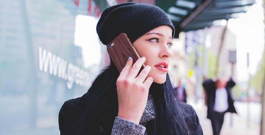 נערה מדברת בטלפון סלולרי