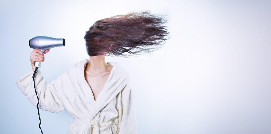 אישה עם שיער ארוך