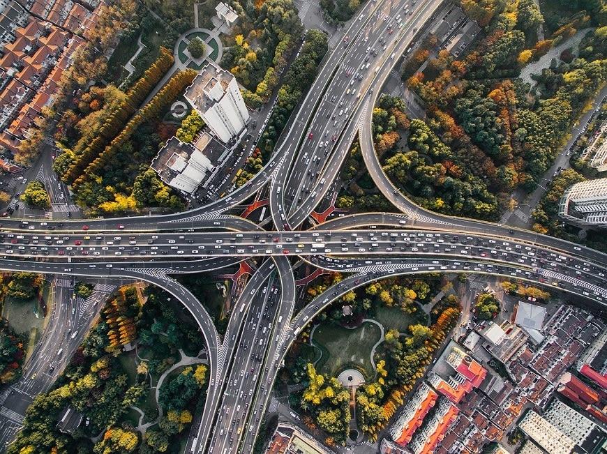 תנועה של רכבים בכבישים