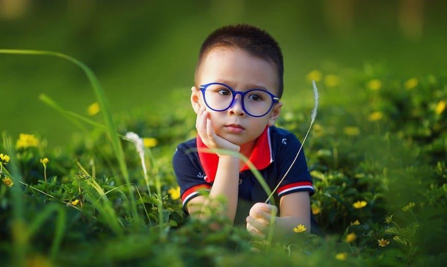 ילד מרכיב משקפיים