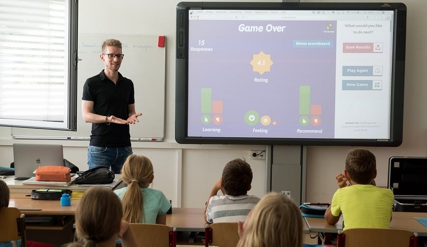 מורה מלמד ילדים שיעור