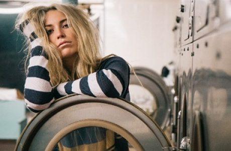 על מכונות כביסה ומילים מלוכלכות